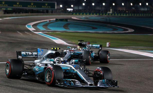 Valtteri Bottas (edessä) ja Lewis Hamilton ovat esittelemässä uutta W09-autoa Silverstonessa 22. helmikuuta.