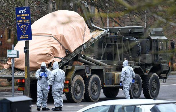 Armeija korjasi hermomyrkyn mahdollisesti saastuttamia ajoneuvoja sunnuntaina talteen Salisburyssa.