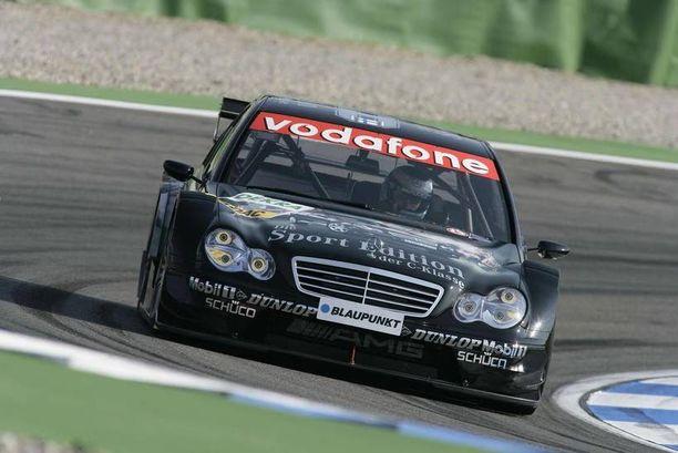 Mika Häkkisen vuonna 2005 DTM-sarjassa ohjastama Mercedes C-sarjan AMG rata-auto myytiin vajaalla puolella miljoonalla eurolla.