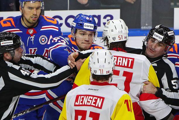 Koronavirus on pyörinyt KHL-joukkueissa. Kuva Pietarin SKA:n ja Jokerien välisestä ottelusta.