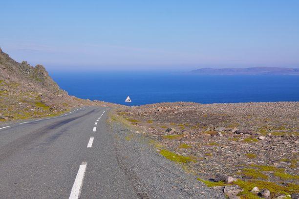 Norjan puolella maisemat muuttuvat. Tie Varangerissa.