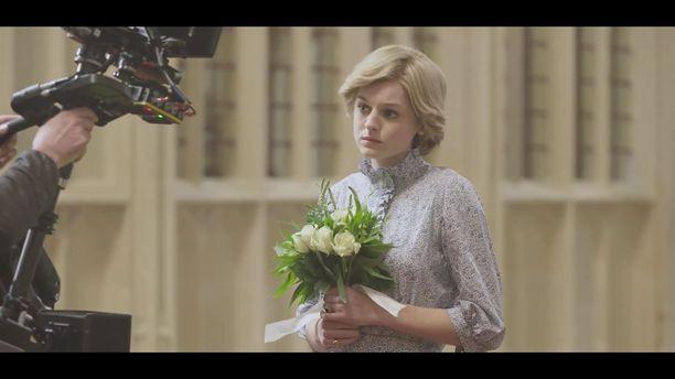 Emma Corrin näyttelee sarjassa prinsessa Dianaa.