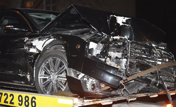 Puolan pääministeriä kuljettanut auto romuttui onnettomuudessa pahoin.