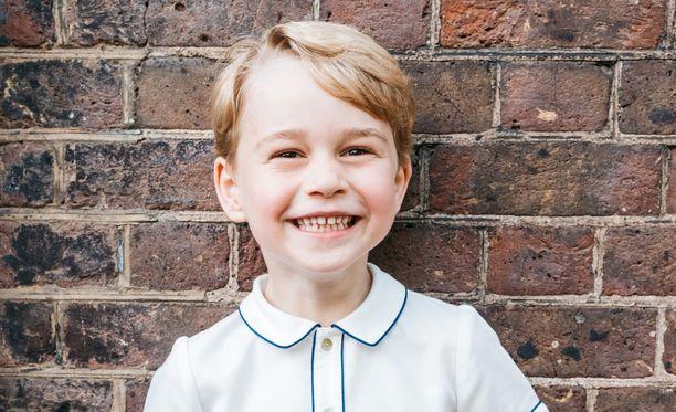 Prinssi George opetetaan kuninkaallisille tavoille pienestä pitäen.