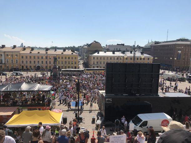 Tämä kuva on otettu Senaatintorilla sunnuntaina kello 13.53. Poliisin arvion mukaan Finland Calling -mielenilmaukseen osallistui Senaatintorilla 2500 ihmistä.