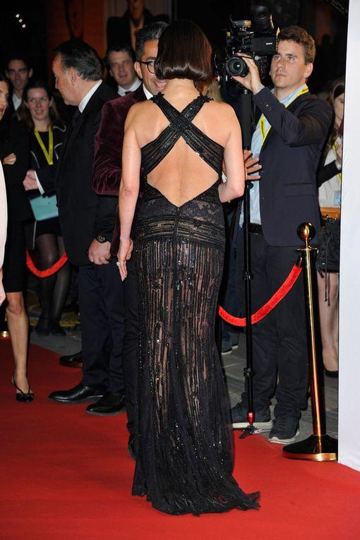 Zeta-Jonesin puvun takaosa oli myös näyttävä.