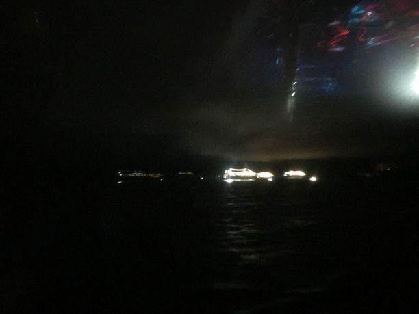 Miestä etsittiin useiden pelastusveneiden ja risteilyalusten voimin yön pimeydessä. Etsinnät päättyivät tuloksettomina.