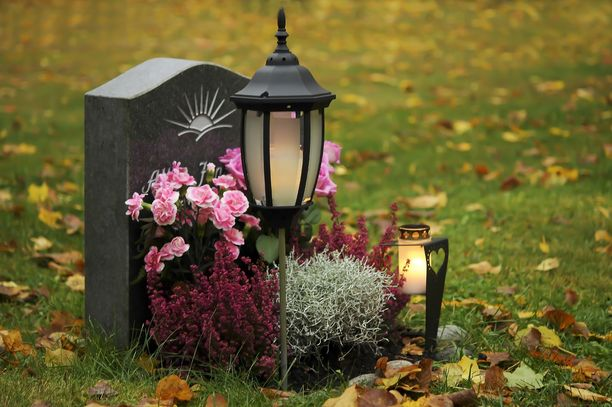 Pariskunnan kotoa löytyi viitisenkymmentä hautalyhtyä. Kuvituskuva.