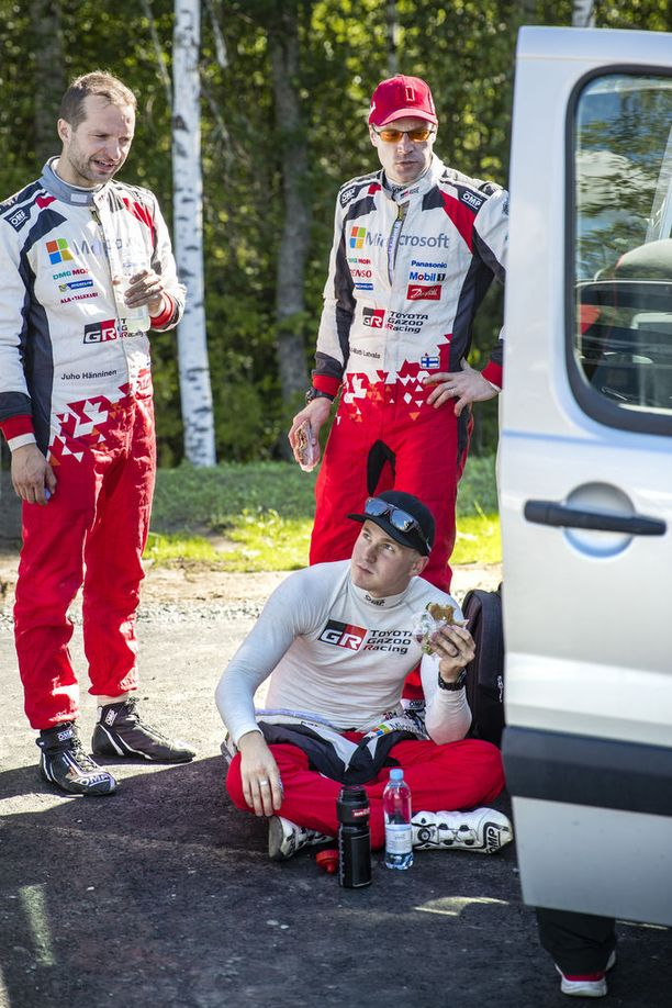 Esapekka Lappi (istumassa) nousi heinäkuun lopussa ajetun Jyväskylän MM-rallin voittoon, kun Jari-Matti Latvala joutui keskeyttämään teknisen vian takia sekuntitaistelun johtoasemassa. Tauolla mukana myös Toyotan kolmas kuljettaja Juho Hänninen (vas.).