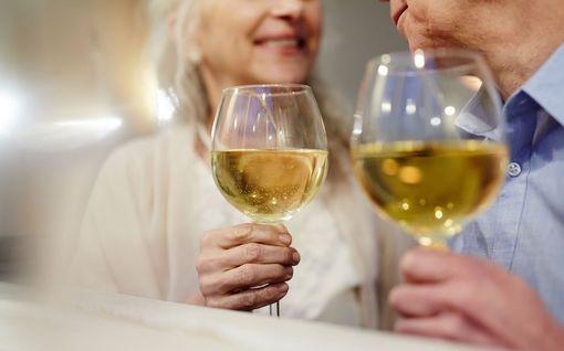 Yhä useampi eläkeläinen kuolee alkoholiin: näin sen tuhoisat haitat moninkertaistuvat ikääntyneillä