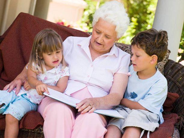 Osa isovanhemmista valittaa, että he joutuvat olemaan koko ajan hoitoautomaattina, osa ei pääse osallistumaan lastenlasten elämään lainkaan.