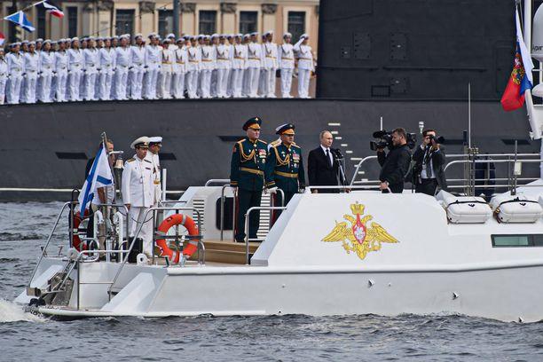 Puolustusministeri Sergei Šoigu ja Vladimir Putin laivastoparaatissa Pietarissa vuonna 2017.