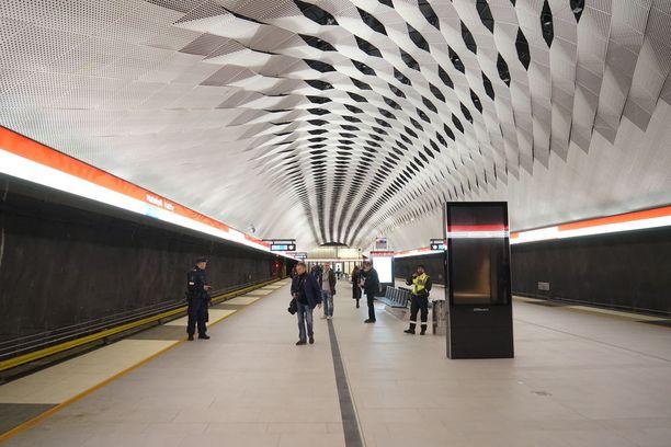 Matinkylän asemalla on tavoiteltu kevyttä tunnelmaa kiinnostavan kattoratkaisun avulla.