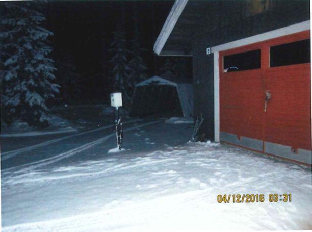 Auton jäljet osoittavat, että Lasonen ajoi pressutallista varsinaiseen talliin, jossa on myös asekaappi.