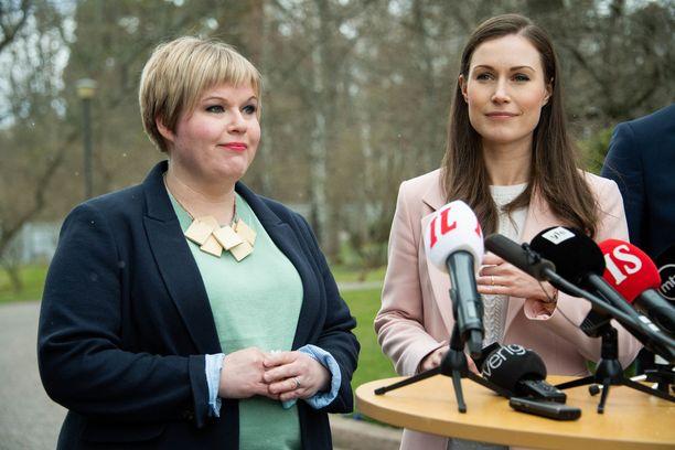 Keskustan puheenjohtaja Annika Saarikko ja SDP:n Sanna Marin keskiviikkona Kesärannassa.