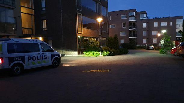 Tätä parkkipaikkaa poliisi vartioi vielä puolenyön aikaan.
