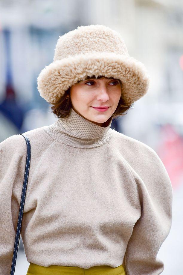 Alyssa Coscarelli ja näyttävät pörröhattu muotiviikon aikaan Pariisissa.