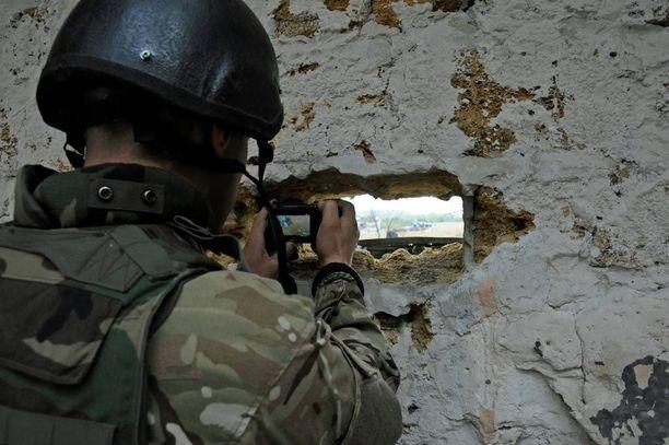Itä-Ukrainassa sotatoimet ovat viime aikoina jälleen kiihtyneet. Kuvassa sotilas kuvaa yhtä Ukrainan ensimmäisistä puolustuslinjoista Peskissä.