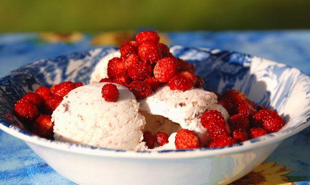 Kyllähän nämä kuuluvat kesään: jäätelö ja mansikat.