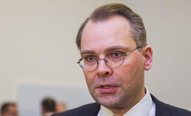 Puolustusministeri Jussi Niinistö (sin.) kertoi harjoituksen valmistelusta ja tavoitteista MTV:n Uutisextran haastattelussa.