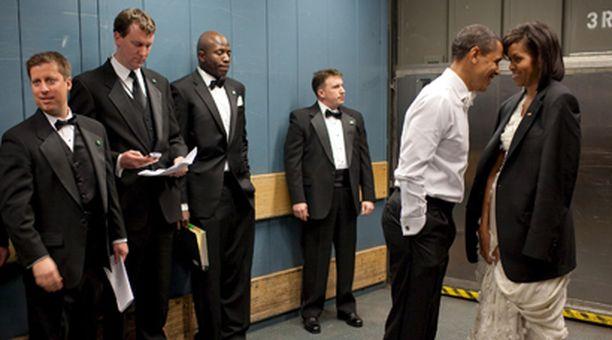 Tavarahississä matkalla tanssiaisiin Obamalla on hetki aikaa läheisyyteen Michelle-vaimon kanssa.