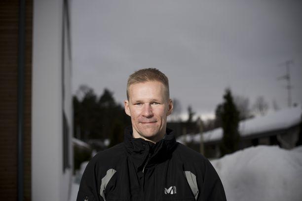 Kauppakorkeakoulussa opiskellut Kaj Linna on kiekkouransa jälkeen tehnyt pitkän uran lääkealalla.
