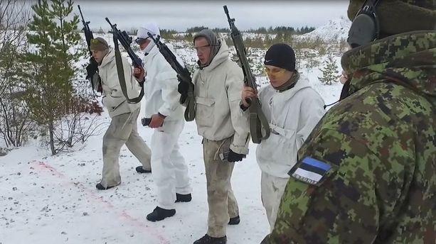 Virolaiset vapaaehtoiset harjoittelevat Venäjän mahdollisen uhan vuoksi.