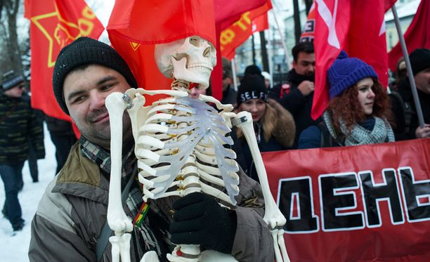 Moskovalaiset osoittivat helmikuun alussa mieltä köyhyyttä vastaan. Mielenosoittaja kantoi marssilla muovista luurankoa.