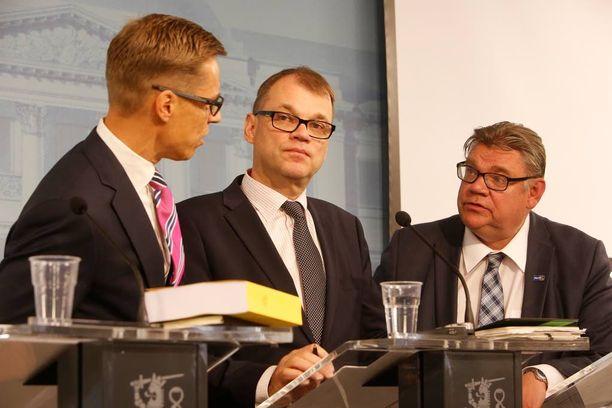 Alexander Stubb (kok), Juha Sipilä (kesk) ja Timo Soini (ps) neuvottelevat hallituksen kilpailukykypaketista, joka on herättänyt paljon keskustelua.