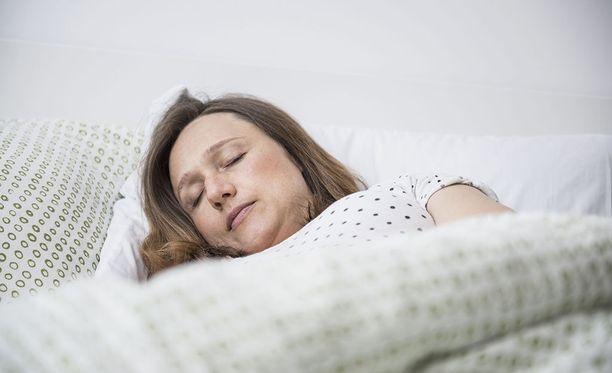 Tuoreen tutkimuksen mukaan suurin osa suomalaisista työikäisistä nukkuu yönsä vähintään melko hyvin. Kuvituskuva.