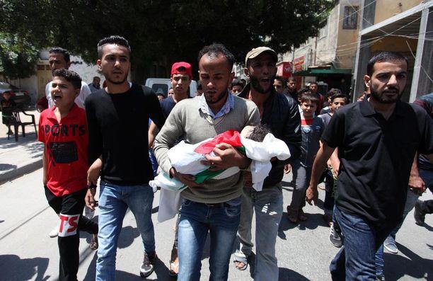 Omaiset kantoivat kahdeksan kuukauden ikäisen Laila al-Ghandourin ruumista eilen Gazassa. Gazan terveysministeriön mukaan tyttövauva kuoli hengitettyään kyynelkaasua.