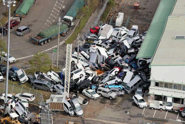 Autojen sumppu näytti hurjalta Kobessa.