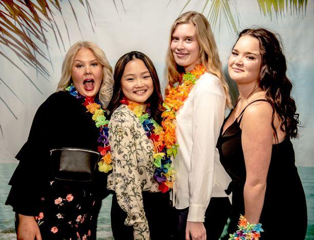 Au pairit Havaijilla -sarjaa tähdittävät tamperelainen Annika, helsinkiläinen Talvikki, joensuulainen Amma ja vantaalainen Emma. Kärhämiä neidoilla riitti ohjelman kuvausten aikana, mutta hymy oli herkässä ohjelman pressitilaisuudessa.