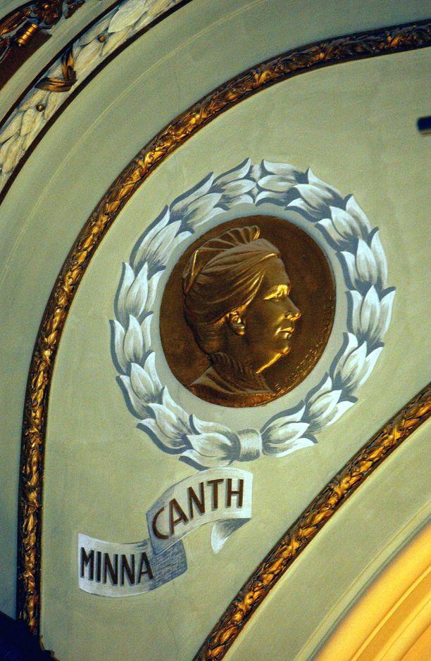 Minna Canthin reliefi Kansallisteatterissa. Kuva vuodelta 2002.