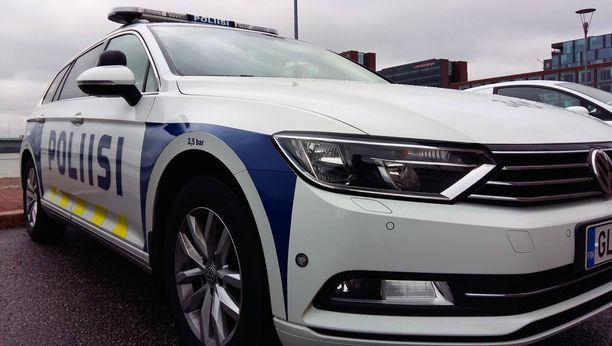 Kahta virantoimituksessa ollutta poliisia epäillään useista rikoksista Pohjanmaalla.
