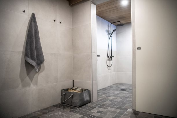 Kylpyhuoneen tunnelma on seesteinen.