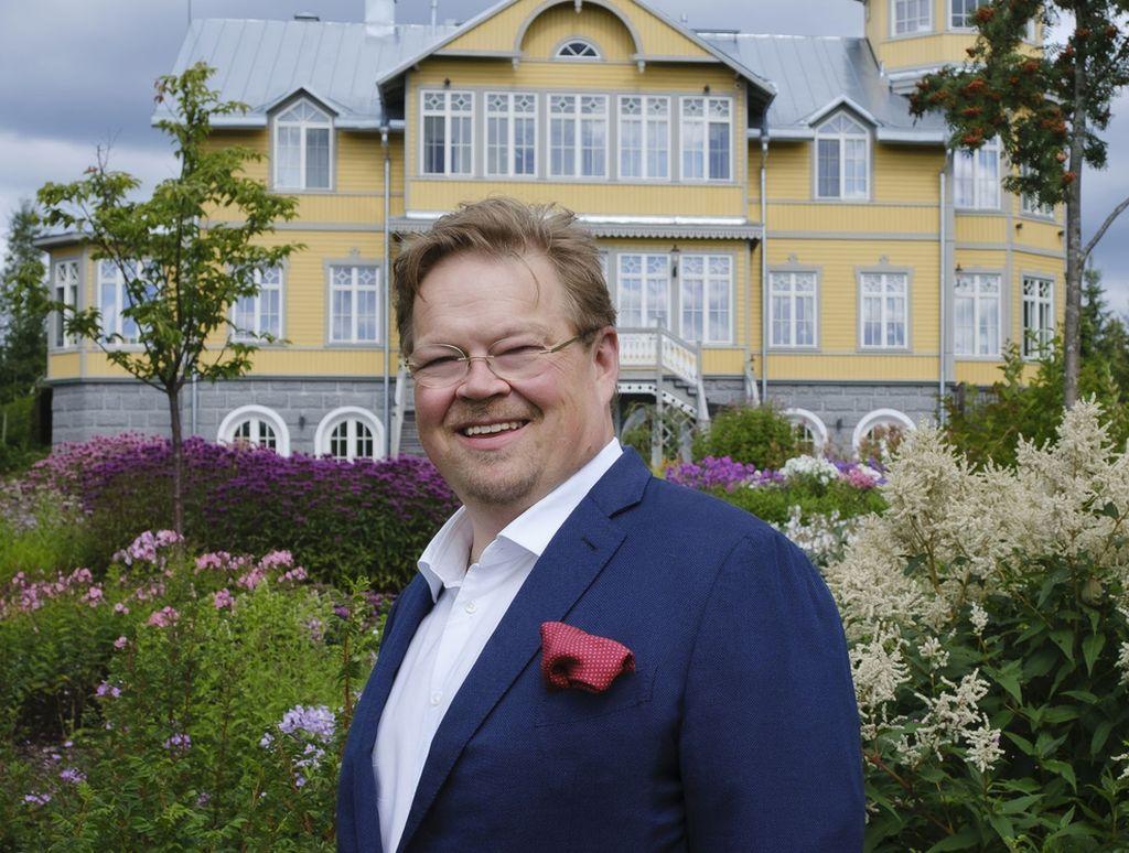 Pekka Viljakainen kuvattuna kartanonsa mailla Joroisissa.