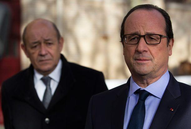 Ranskan presidentti Francois Hollande (oik.) ja puolustusministeri Jean-Yves Le Drian ilmoittivat viimeisen ranskalaisen panttivangin vapautumisesta tänään.