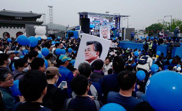 Kannattajat kuuntelivat vaalien ennakkosuosikki Moon Jae-Inin puhetta Etelä-Korean Soulissa maanantaina.