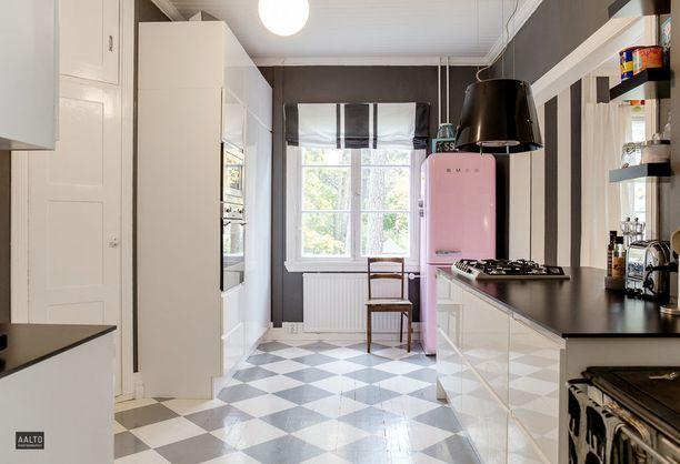 Ruutulattia keittiössä on klassikko. Sellaisen voi hankkia vaikka itse maalaamalla.