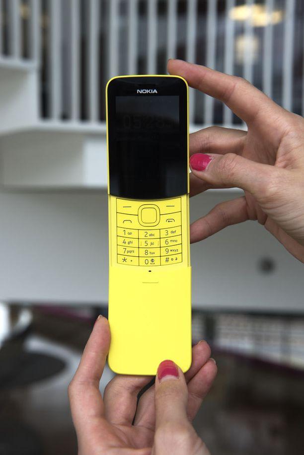 Nokia 8110 4G edestä.