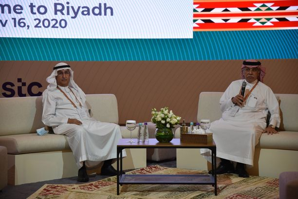 Saudi-Arabian ministerit Fahad Almubarak (vas.) ja Majid Al Qasabi istuivat G20-kokouksen mediakeskuksessa.