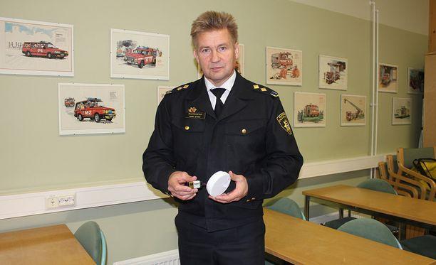 Pelastusjohtaja Harri Setälä muistuttaa palovaroittimen tärkeydestä.