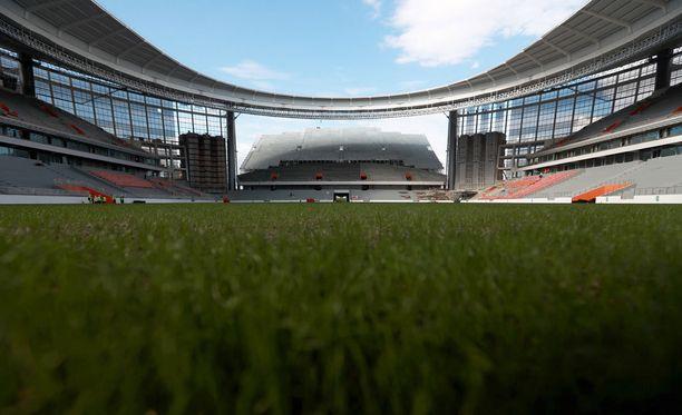 Päätykatsomot ulottuvat stadionin ulkopuolelle.