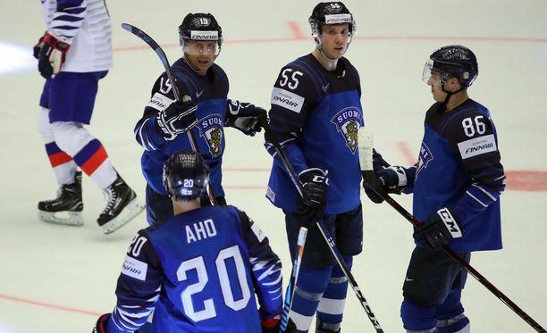 Sebastian Aho (edessä selin), Veli-Matti Savinainen ja Teuvo Teräväinen (oik.) muodostivat loistavan ketjun MM-avauksessa. Kuvassa myös Miika Koivisto.