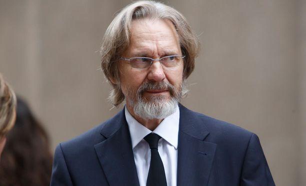 Helsingin kaupunginteatterin johtaja Asko Sarkola jätti jäähyväiset teatterin pitkäaikaiselle työntekijälle.