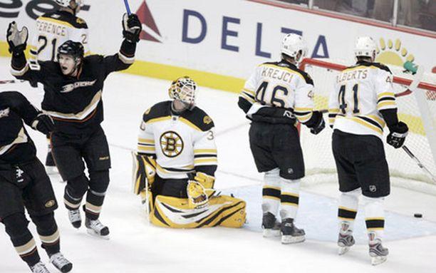 Anaheimin laituri Corey Perry juhlii voitto-osumaa Bostonista. Boston ja maalivahti Tim Thomas selätettiin 2-1.