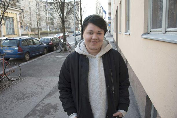 Sosionomiopiskelija Enni Happonen, 26, on tehnyt koko ajan opiskelujen ohessa jonkin verran töitä. - Opintotuki on naurettavan pieni. Vanhempien lompakon paksuudella ei pitäisi olla edellytys sille, että voi opiskella.