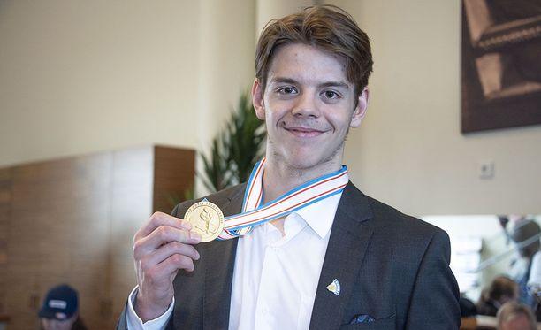 Jesperi Kotkaniemi esitteli kultamitaliaan Pikkuleijonien mestaruusjuhlissa.