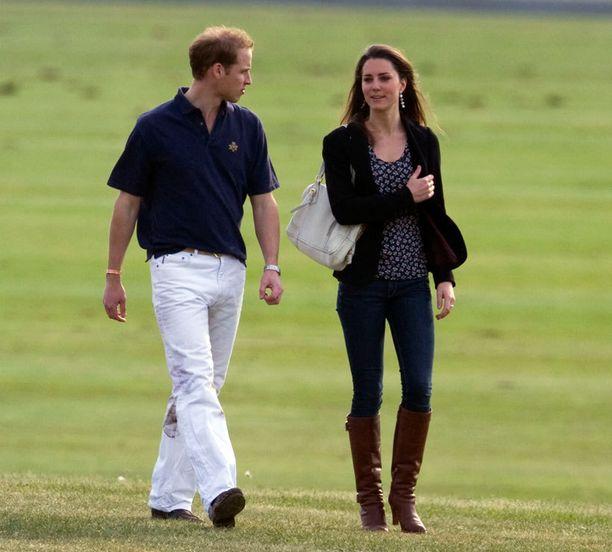 Uusi kirja Kate: The Future Queen käy läpi parin suhdetta. Kirja väittää, että Kate taktikoi tiensä samaan opiskelupaikkaan Williamin kanssa.